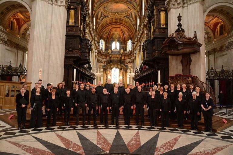 Groepsfoto Vivente in Saint Pauls Cathedral.jpg