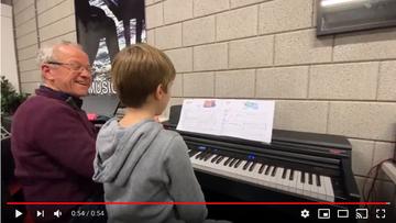 Quinn krijgt pianoles van Leo Smeets